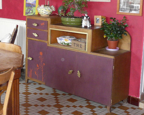 un buffet violet au pochoir des meubles vintage relook s avec brio journal des femmes. Black Bedroom Furniture Sets. Home Design Ideas