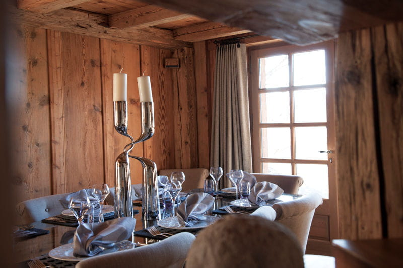 d co beige et intimiste dans la salle manger un chalet la d co chaleureuse et bois e. Black Bedroom Furniture Sets. Home Design Ideas