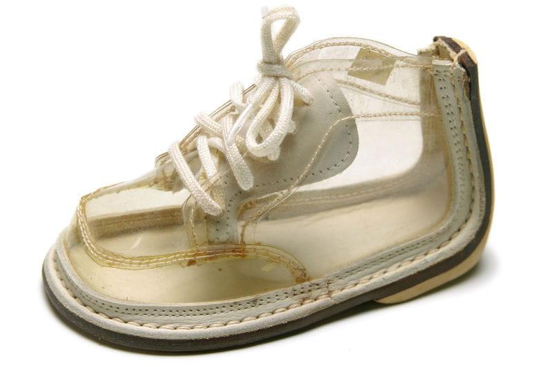Soulier de bambin des ann es 50 expo la chaussure une passion fran aise journal des femmes - Chaussures annees 50 femme ...