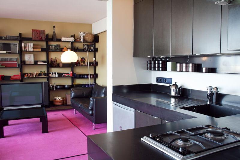 une cuisine noire ouverte sur le salon le noir en