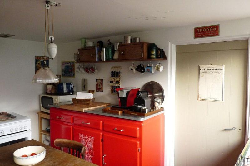 la cuisine au buffet rouge visitez la maison de c line journal des femmes. Black Bedroom Furniture Sets. Home Design Ideas