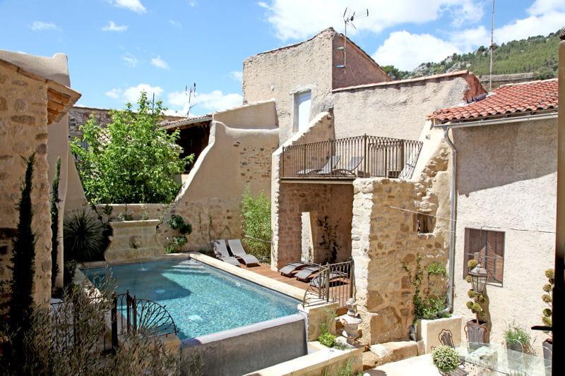 Piscine entre les pierres des maisons de r ve avec for Bassin piscine pierre