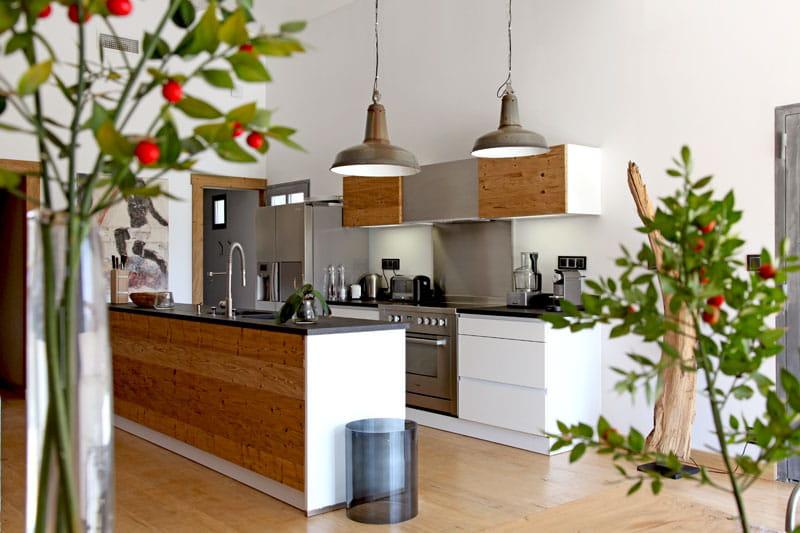 cuisine bois et m tal un mas authentique et styl journal des femmes. Black Bedroom Furniture Sets. Home Design Ideas