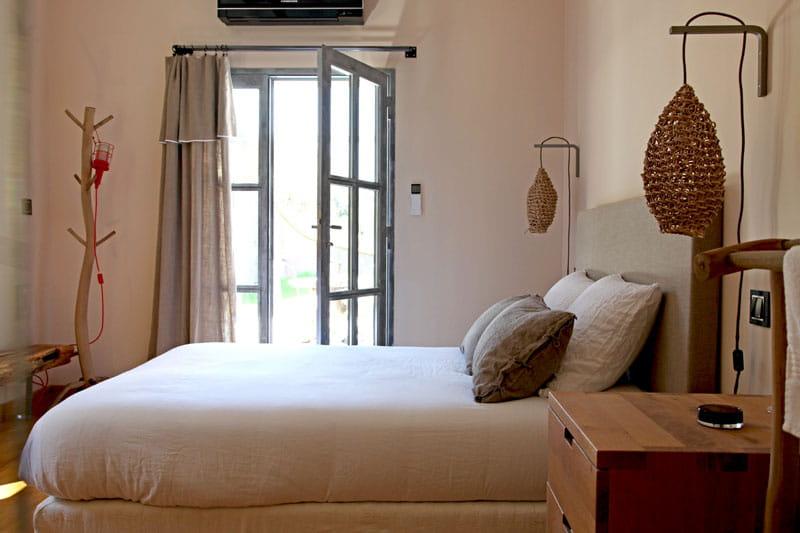 chambre en lumi re un mas authentique et styl journal des femmes. Black Bedroom Furniture Sets. Home Design Ideas