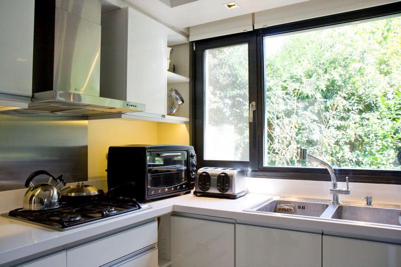 Une cuisine ouverte sur l 39 ext rieur une maison d 39 archi for Cuisine ouverte l