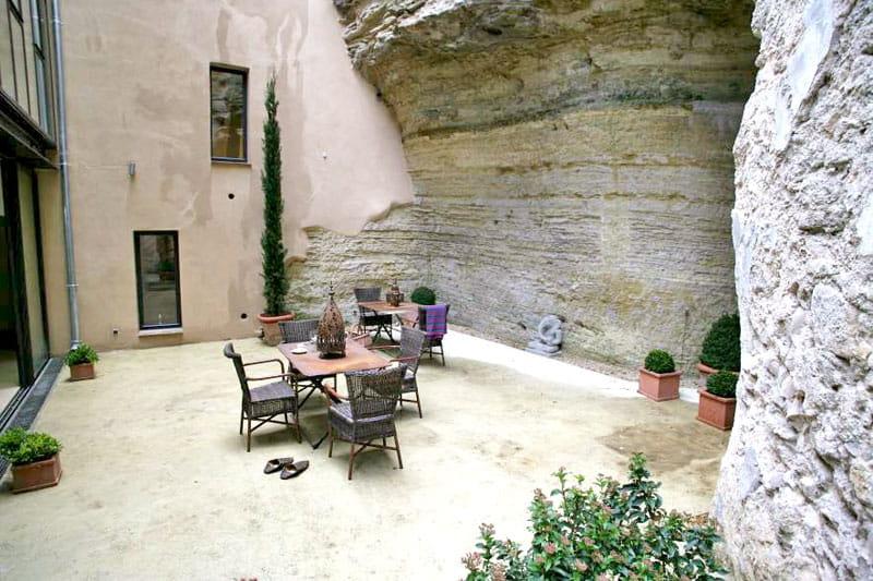 une cour dans la roche maison atypique dans une ancienne poste journal des femmes. Black Bedroom Furniture Sets. Home Design Ideas