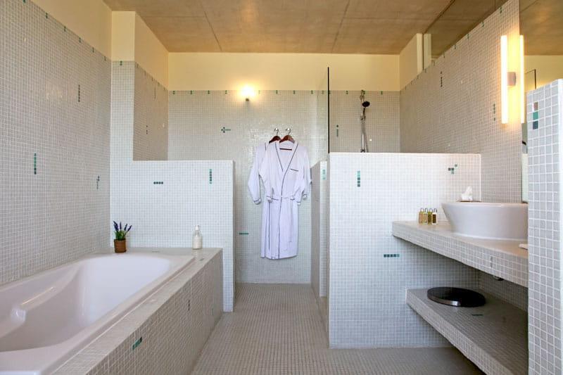tonalit claire dans la salle de bains maison atypique dans une ancienne poste journal des. Black Bedroom Furniture Sets. Home Design Ideas