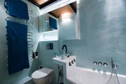 salle de bains plongée dans une ambiance bleue