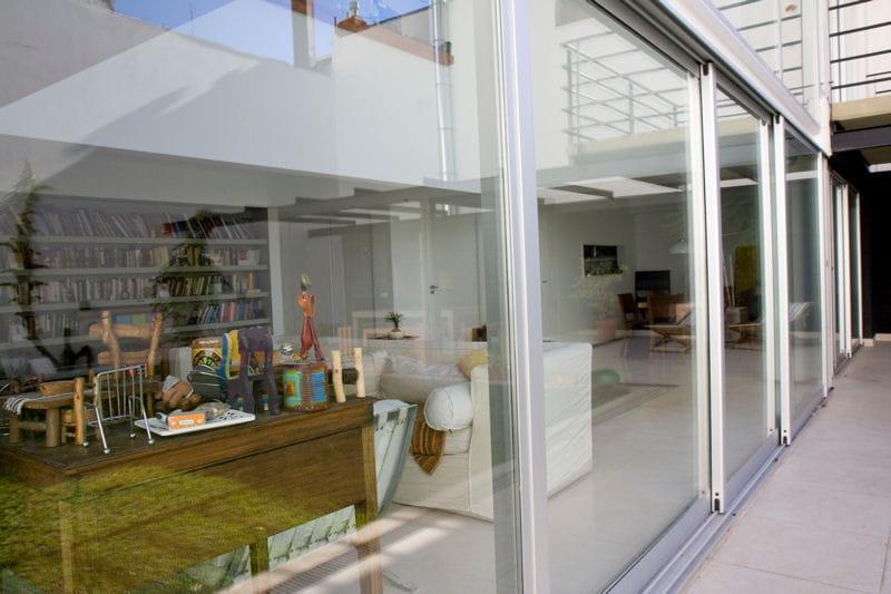 une baie vitr e omnipr sente agr able duplex en rez de jardin journal des femmes. Black Bedroom Furniture Sets. Home Design Ideas