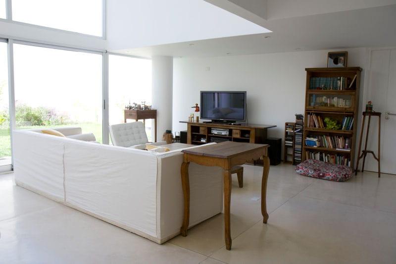 un salon en bois et blanc agr able duplex en rez de. Black Bedroom Furniture Sets. Home Design Ideas