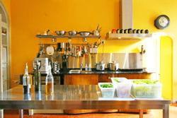 cuisine couleur jaune et éléments en inox