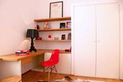 bureau aux murs blancs et aux touches de rouge et de noir