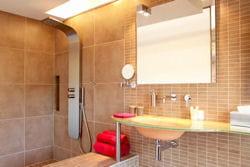 douche à l'italienne, vasque suspendue et éclairage intégré aux miroirs