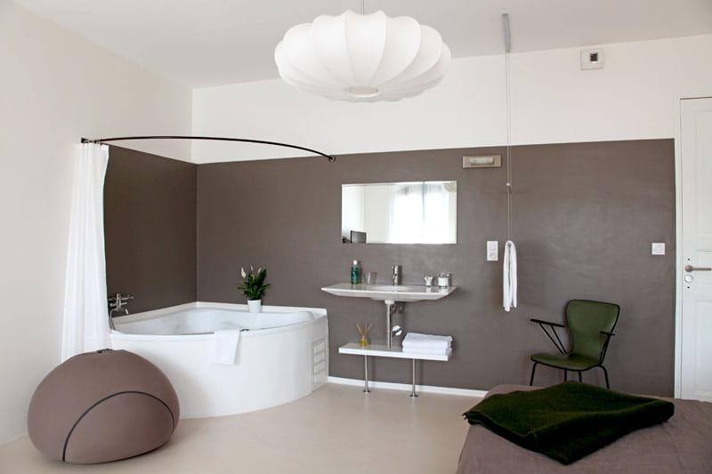 Coin salle de bains d co lumineuse dans une maison - Meuble en coin salle de bain ...