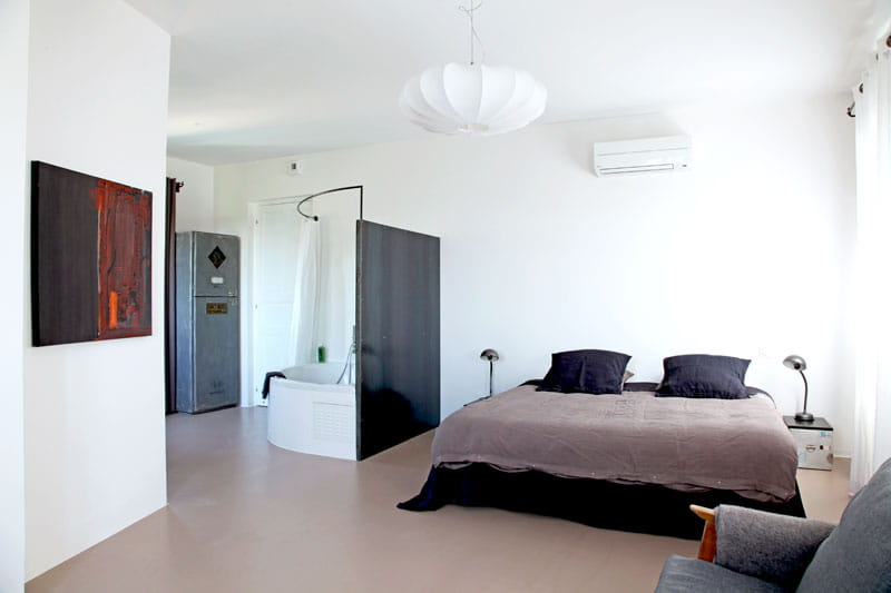 cloison m tallique vers la salle de bains d co lumineuse. Black Bedroom Furniture Sets. Home Design Ideas