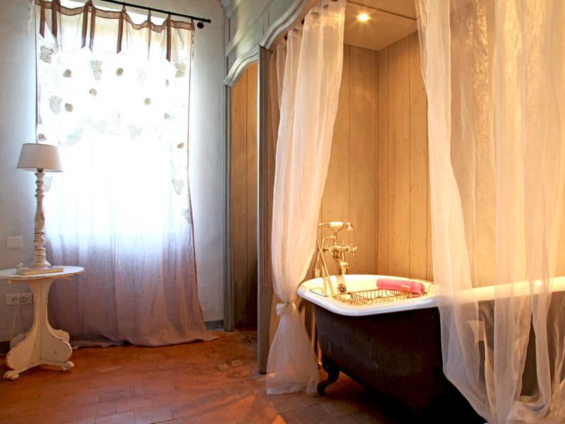 Voilages romantique pour la baignoire esprit bastide en luberon journal d - Baignoire style ancien ...
