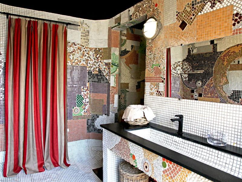 Mosa ques d 39 art dans la salle de bains lodges et habitats insolites en camargue journal des for Comfemme nue dans la salle de bain