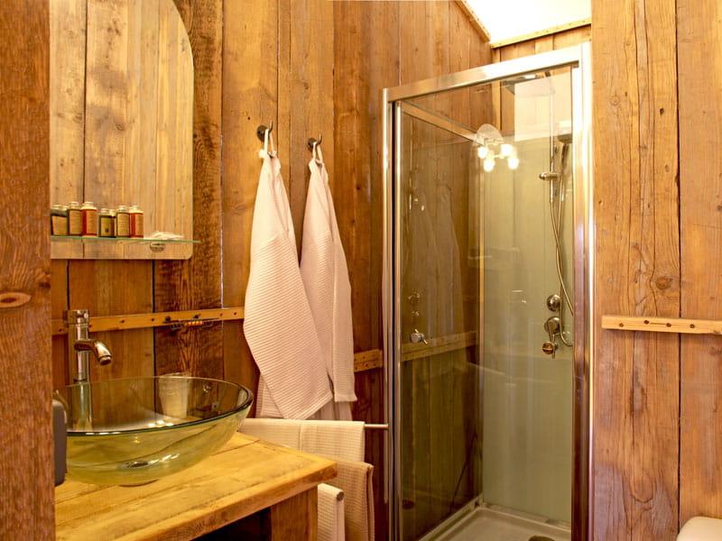 une salle de bains version bois lodges et habitats. Black Bedroom Furniture Sets. Home Design Ideas