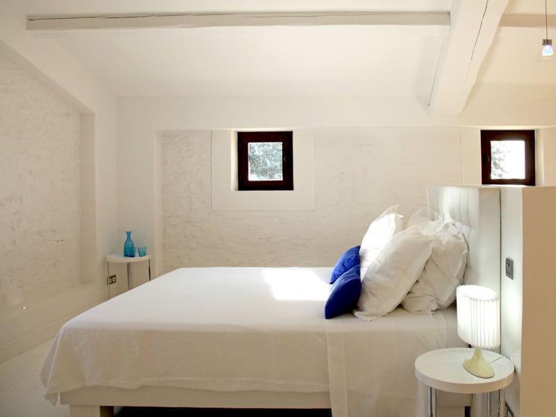 chambre en blanc et bleu chambre une d co tout en blanc journal des femmes