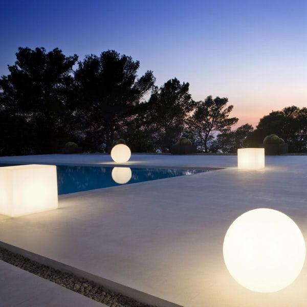 boules de lumi re firefly de manutti plein feu sur les luminaires pour le jardin journal des. Black Bedroom Furniture Sets. Home Design Ideas
