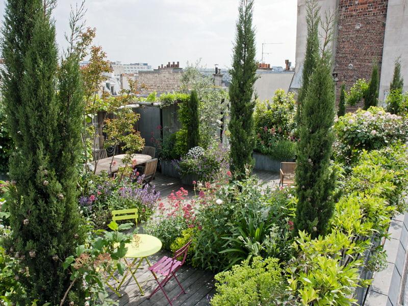 un toit terrasse verdoyant en plein paris journal des femmes. Black Bedroom Furniture Sets. Home Design Ideas