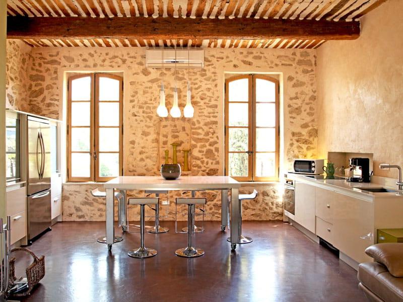 Cuisine moderne entre les pierres d co rouge dans un ancien atelier proven - Cuisine moderne dans l ancien ...