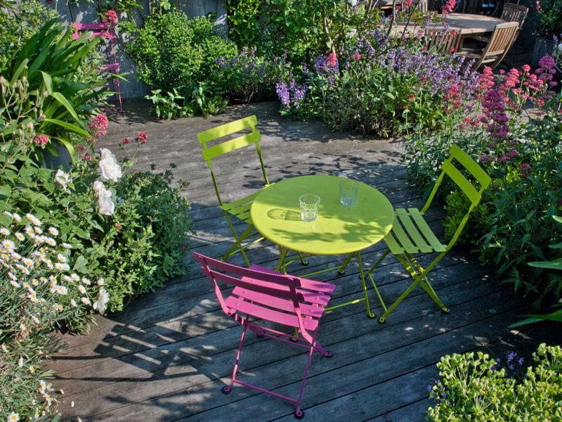 Du mobilier de jardin color un toit terrasse verdoyant en plein paris journal des femmes - Mobilier de jardin tresse colombes ...