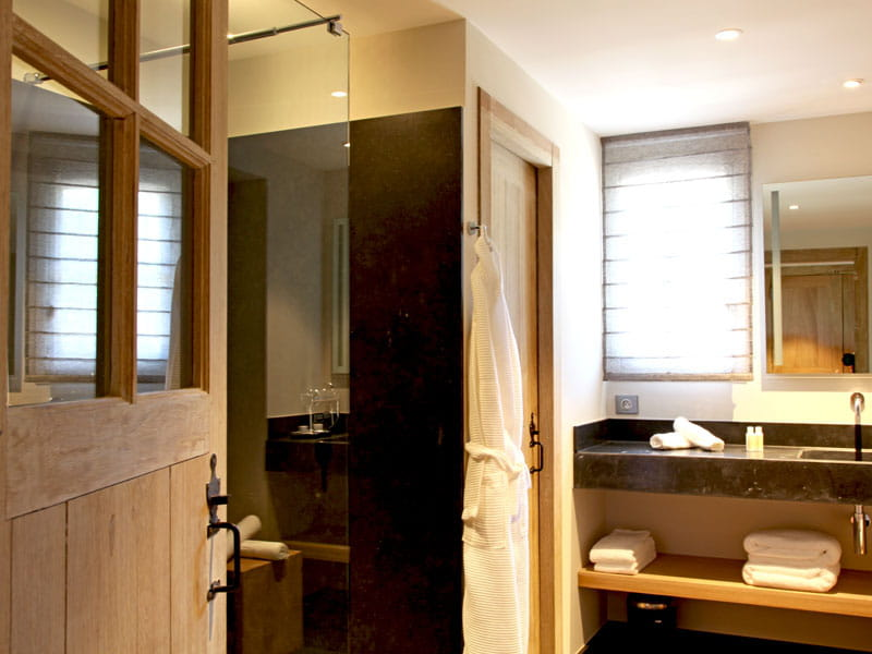 Salle de bains en pierres noires d co contrast e dans - Deco mer salle de bain ...