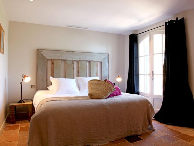 mobilier en bois anciens d co contrast e dans une maison en bord de mer journal des femmes. Black Bedroom Furniture Sets. Home Design Ideas