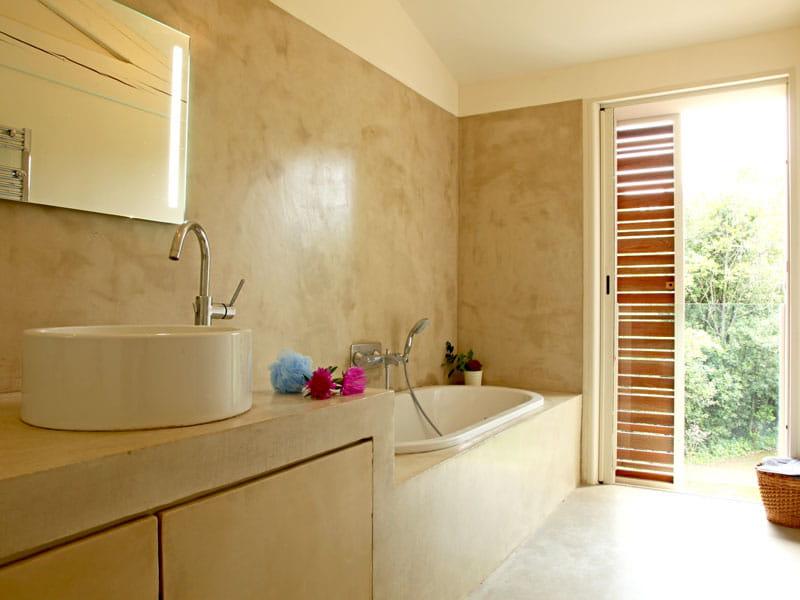 Salle de bains avec vue maison contemporaine en pleine Beton lisse salle de bain