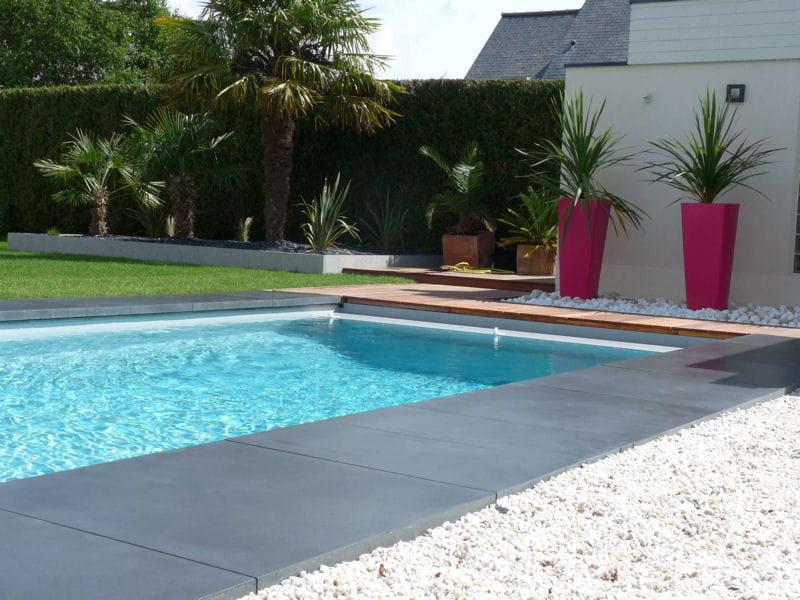 Apr s une agr able piscine entour e de b ton lisse for Piscine dans un jardin de 50m2