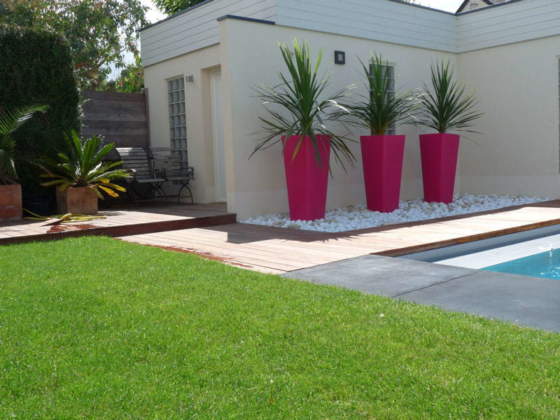 Des pots design rose fuchsia avant apr s installation d 39 une piscine dans un jardin design for Installer gravier jardin