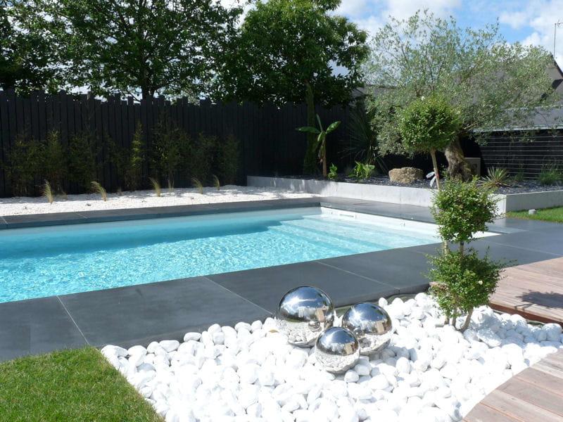 Galets blancs et composition artistique avant apr s for Piscine dans un jardin de 50m2