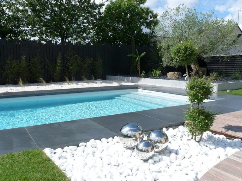 Galets blancs et composition artistique avant apr s for Decoration piscine et jardin