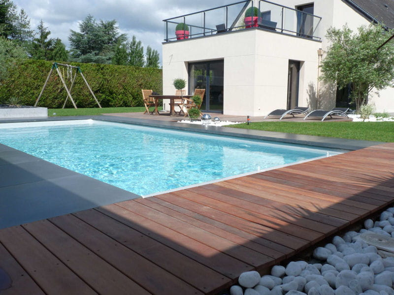 une plage de piscine en bois exotique avant apr s installation d 39 une piscine dans un jardin. Black Bedroom Furniture Sets. Home Design Ideas