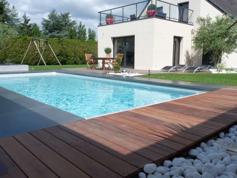 Une plage de piscine en bois exotique  Avantaprès  installation d