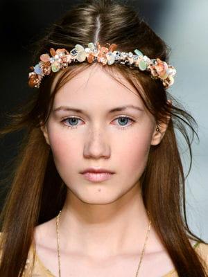 Coiffure la couronne de fleurs - Coiffure couronne de fleurs ...