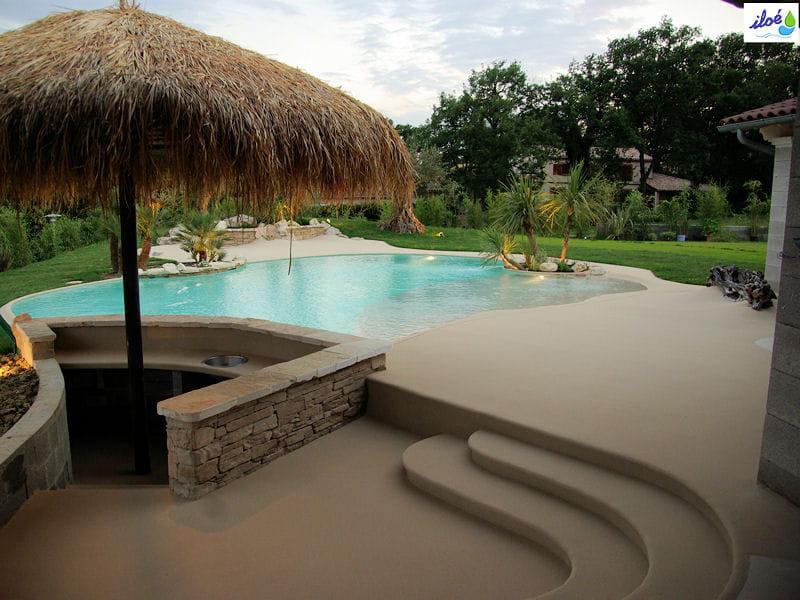 Terrasse dans le prolongement la plage de piscine une for Deco piscine plage