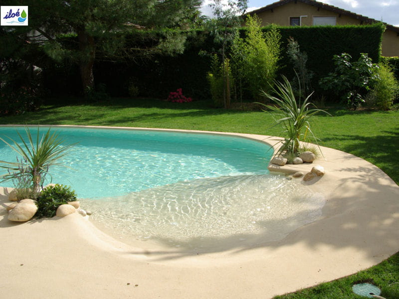 Apr s une plage de piscine voquant les les la plage for Decoration piscine et jardin