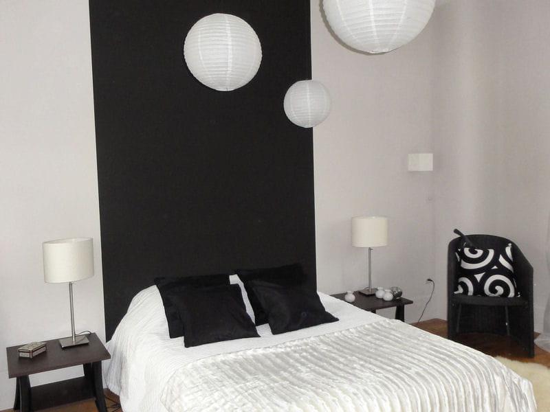 La chambre d 39 amis en noir et blanc visitez la maison de carmen journal des femmes for Peinture noir et blanc chambre