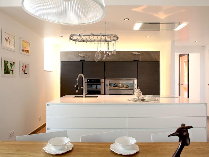 Blanc clatant dans la cuisine une maison rouge l for Cuisine avec grand ilot central