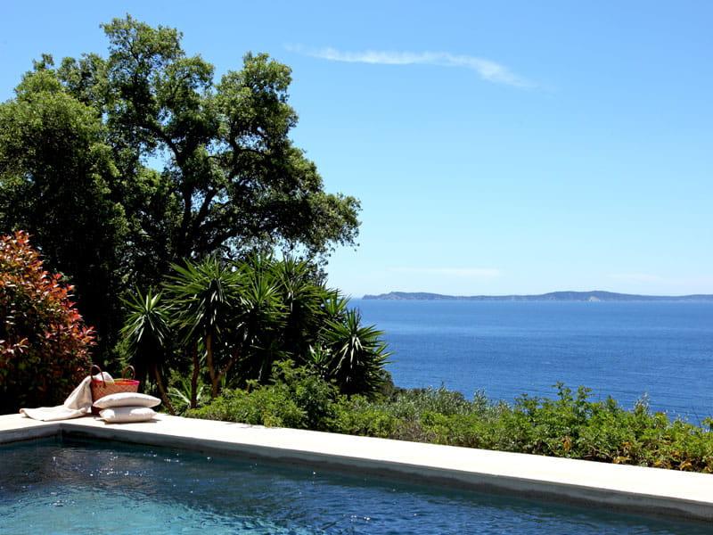 une piscine sur la grande bleue. Black Bedroom Furniture Sets. Home Design Ideas