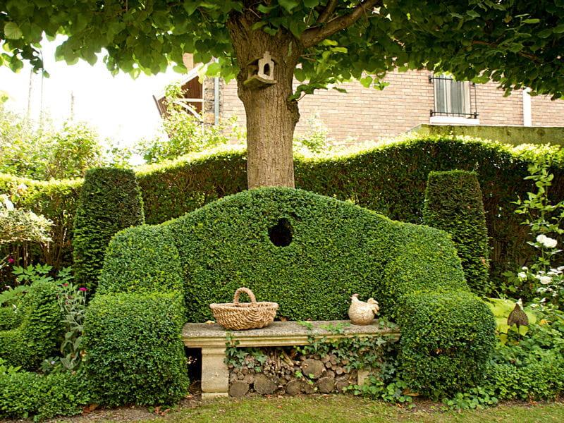 un banc en topiaire un jardin en pente plein de vie journal des femmes. Black Bedroom Furniture Sets. Home Design Ideas