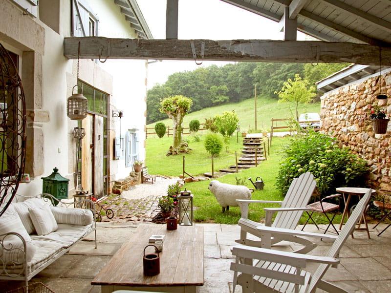Esprit brocante dans une ferme basque journal des femmes - Deco campagne esprit brocante ...