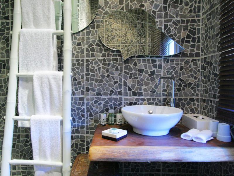 Le bambou au costume blanc un rangement d co et tendance l 39 chelle - Echelle en bambou salle de bain ...