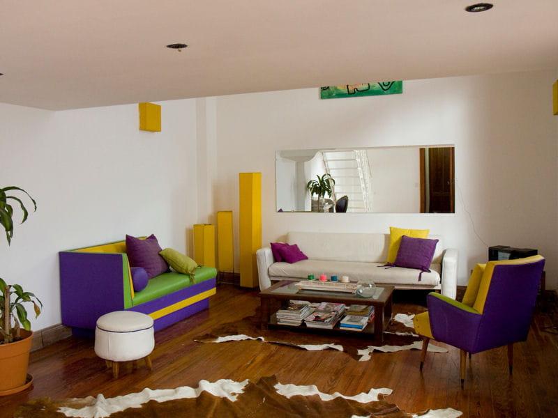Un salon color block une maison de ville la d co for Deco coloree salon
