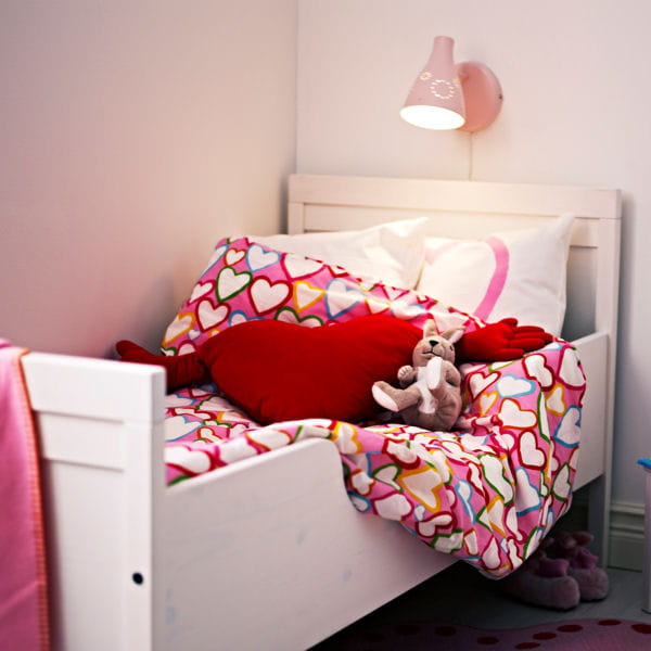 cadre de lit sundvik d 39 ikea chambre d 39 enfant une rentr e d co au top journal des femmes. Black Bedroom Furniture Sets. Home Design Ideas