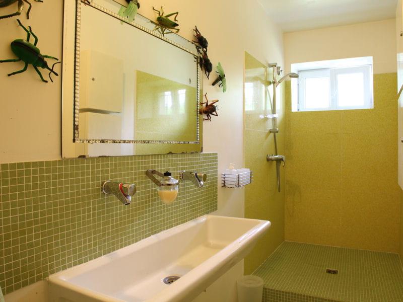 Nature verte salle de bains la mosa que cr e l 39 ambiance journal des - Salle de bain en mosaique ...