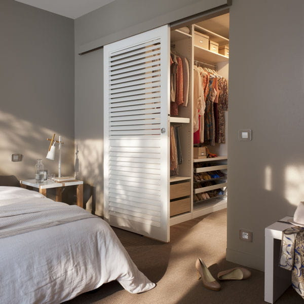 Une porte coulissante gain de place un dressing facile - Gain de place chambre ...
