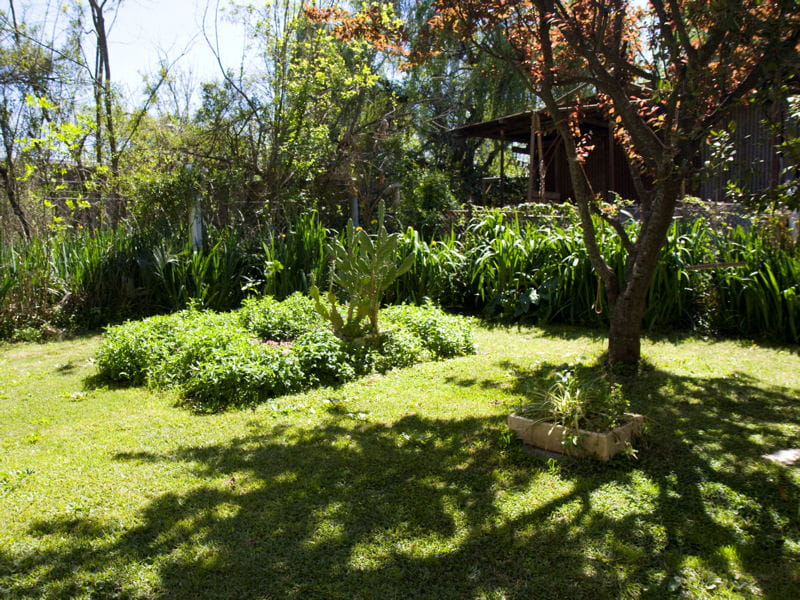 l ombre des arbres une maison pleine de vie avec un jardin verdoyant journal des femmes. Black Bedroom Furniture Sets. Home Design Ideas